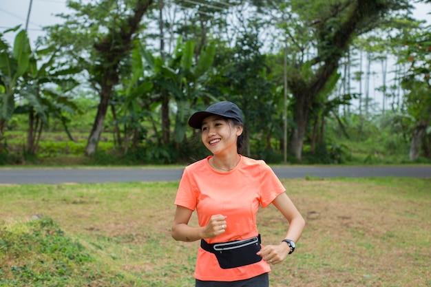 Atractiva mujer asiática trotar en el parque