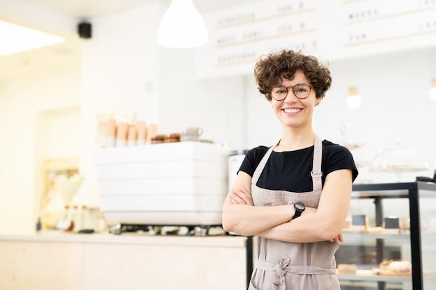 Atractiva mujer barista en cafetería