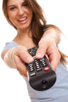 Atractiva mujer caucásica con control remoto de tv