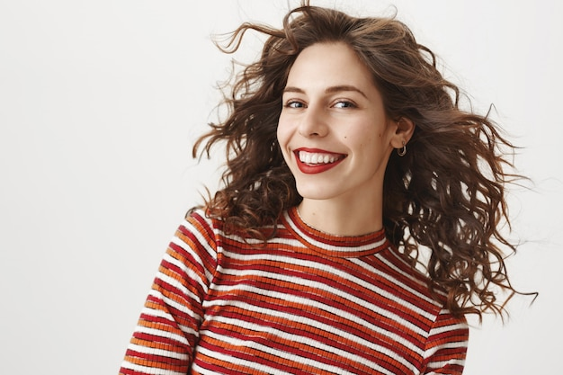 Atractiva mujer caucásica sonriendo