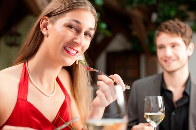Atractiva mujer comiendo comida