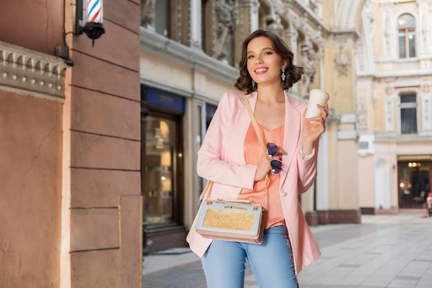 Atractiva mujer elegante en traje elegante caminando en la ciudad, moda callejera, tendencia primavera verano, humor feliz sonriente, vestida con chaqueta rosa y blusa, accesorios, fashionista de compras en italia