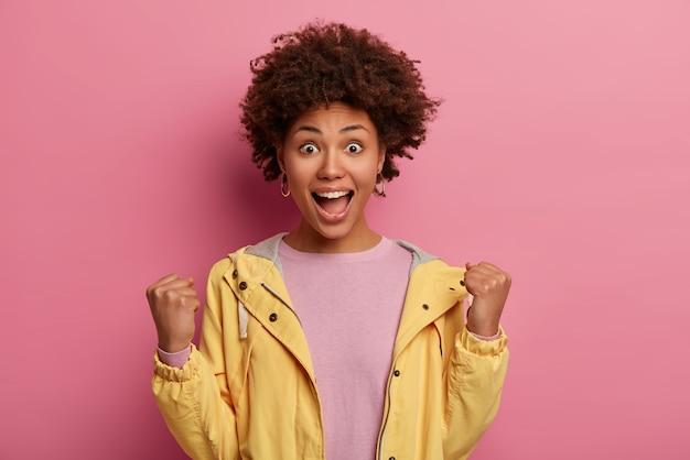 Atractiva mujer emocional emocionada y feliz de lograr la victoria