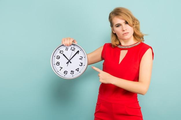 Atractiva mujer estricta con relojes.