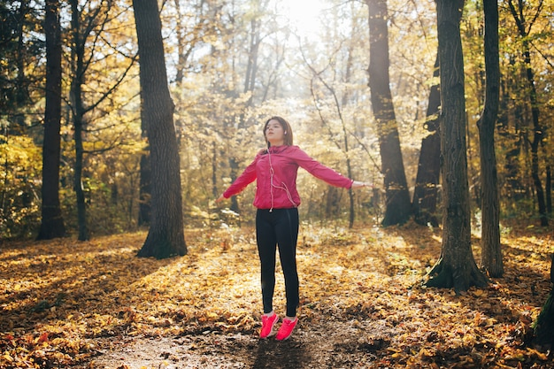 Atractiva mujer fitness corre entrenamiento al aire libre
