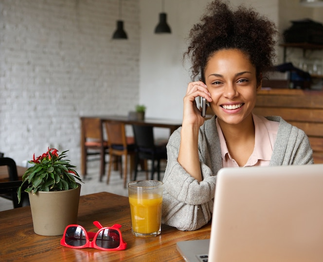Atractiva mujer hablando por teléfono en casa