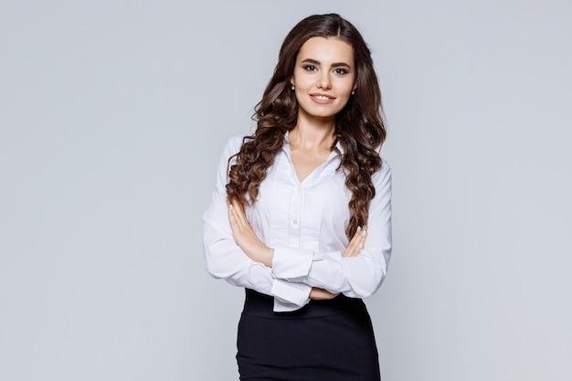 Atractiva mujer líder empresarial en ropa casual elegante. empleado de oficina.