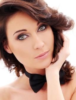 Atractiva mujer linda con corbatín