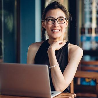 Atractiva mujer de negocios trabajando en su computadora portátil