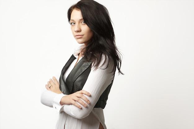 Atractiva mujer de negocios en traje de moda con los brazos cruzados