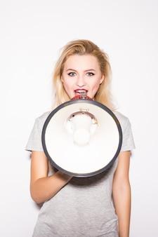 Atractiva mujer rubia con megáfono frente a camarógrafo