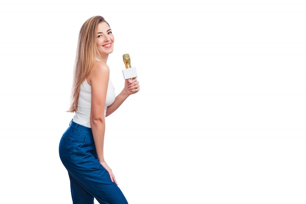 Atractiva mujer rubia con micrófono y sonrisa.
