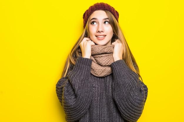 Atractiva mujer rubia en suéter caliente está enferma de gripe y trata de calentar