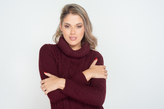 Atractiva mujer rubia en suéter de punto