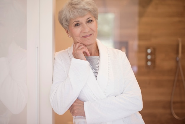 Atractiva mujer senior en el baño