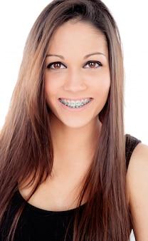 Atractiva niña sonriente con soportes