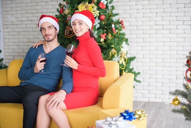 Atractiva pareja celebrando la navidad en casa