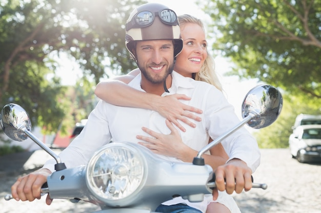 Atractiva pareja con su scooter