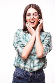 Atractiva sonrisa emocionada sorprendida adolescente