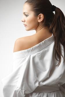 Atractivas jóvenes mujeres sexy en un kimono
