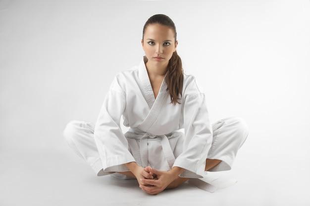 Atractivas jóvenes mujeres sexy en una pose de karate