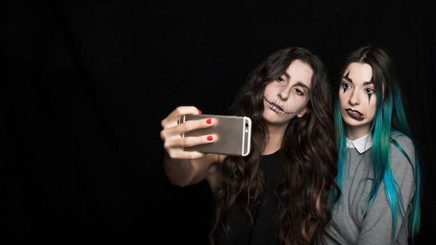 Atractivas mujeres jóvenes tomando selfie