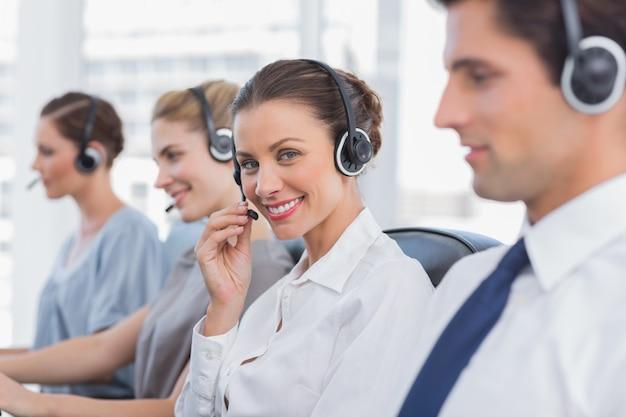 Atractivo agente de call center con un auricular.