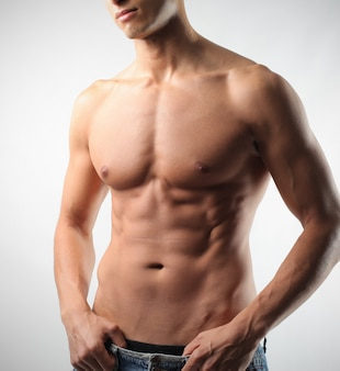 Atractivo cuerpo musculoso sexy