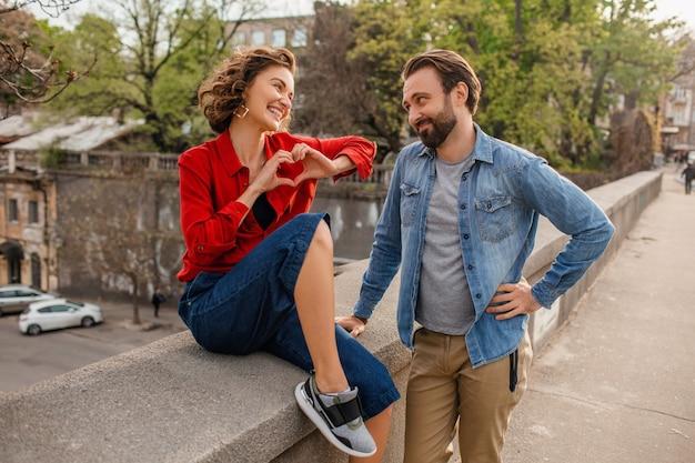 Atractivo hombre y mujer sonriente feliz viajando juntos