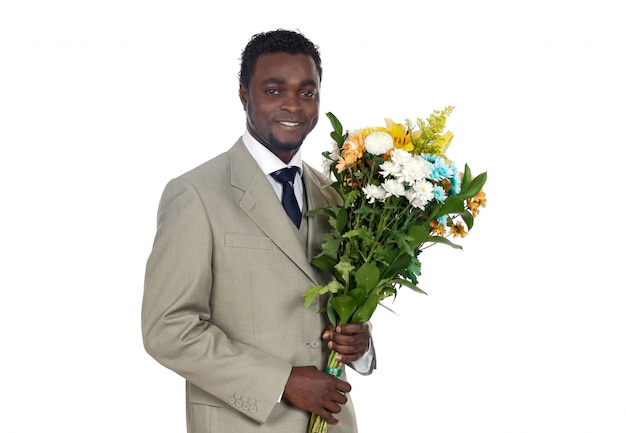 Atractivo hombre negro con ramo de flores.