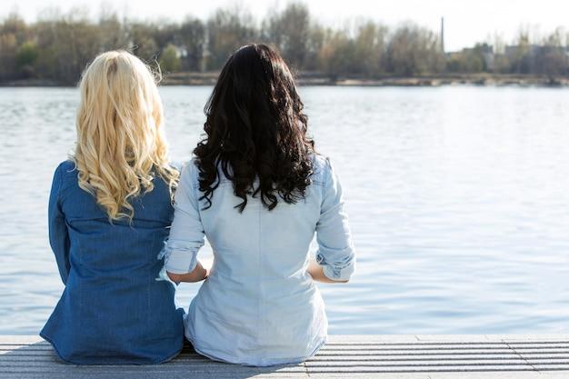 Atractivos mejores amigos al aire libre