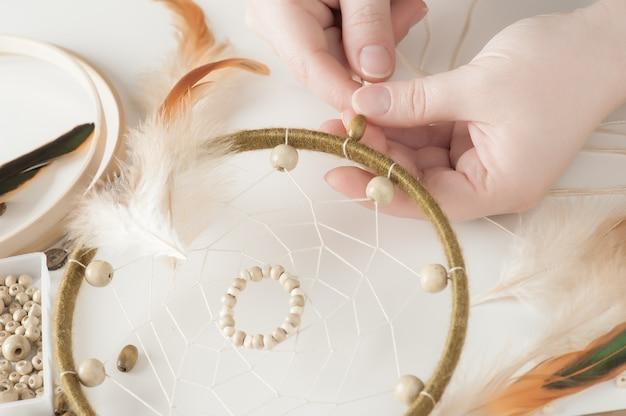 Atrapasueños artesanales con plumas.