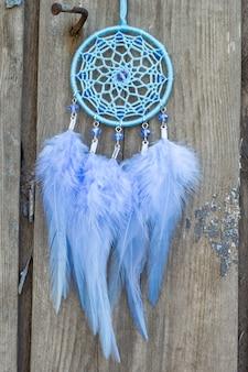 Atrapasueños hecho a mano con plumas