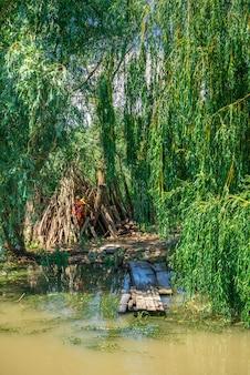 Atraque en el delta del danubio en vilkovo, ucrania