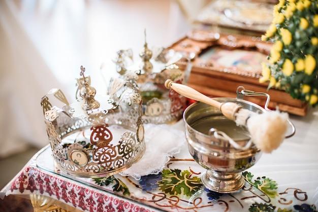 Los atributos ceremoniales de la boda están en el altar en una iglesia.