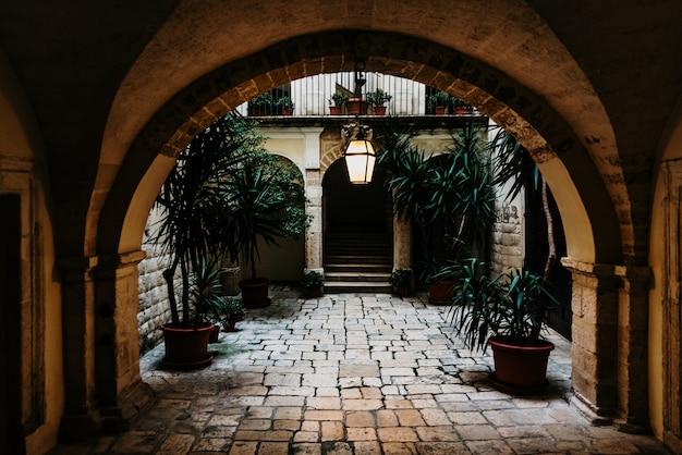 Atrio interior de una vivienda típica de estilo renancentista italiano.