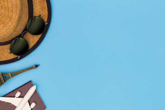 Atuendo y accesorios de viajero sobre fondo azul con espacio de copia, concepto de viaje, vista aérea de accesorios de viajero,