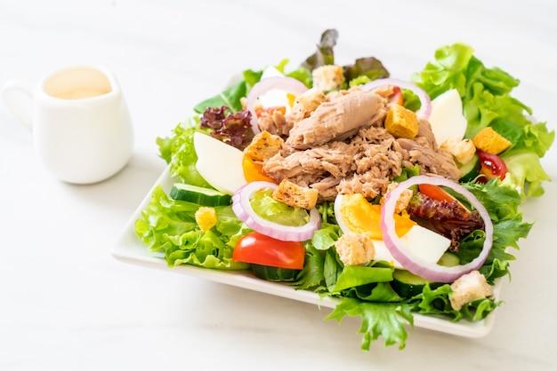 Atún con ensalada de verduras y huevos.