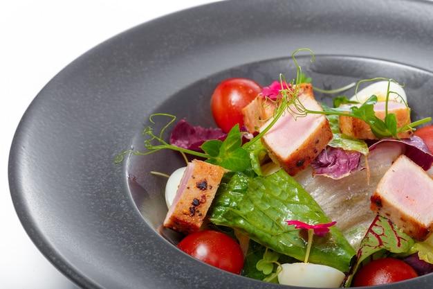 Atún fresco crudo con ensalada de verduras y salsa - comida saludable