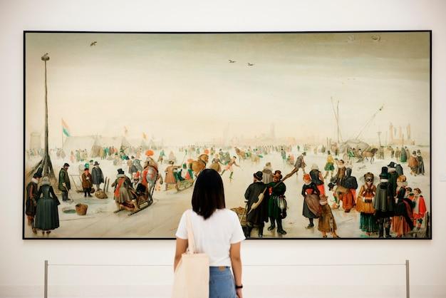 Audiencia disfrutando de la exposición de arte.