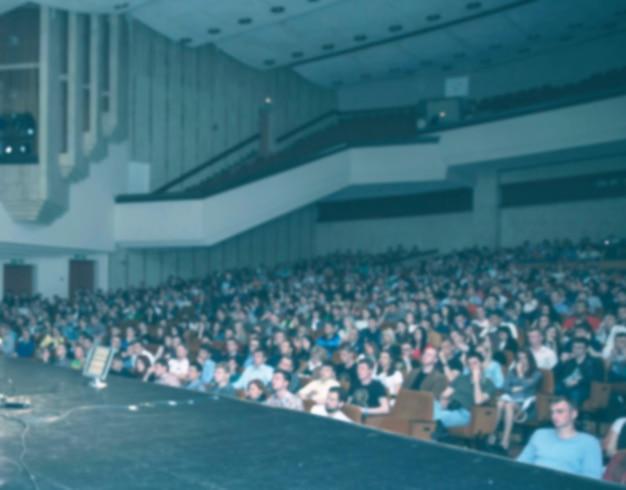 Audiencia en el gran salón del centro de negocios. foto con espacio de copia