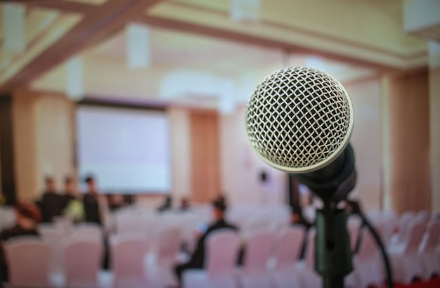 Audiencia que escucha el discurso del orador en la sala de conferencias o seminario con luz desenfocado personas fondo