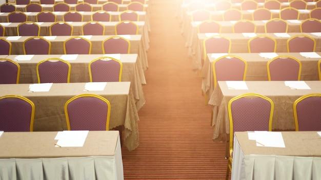 Audiencia en la sala de conferencias. empresa y emprendimiento. copia espacio en pizarra.
