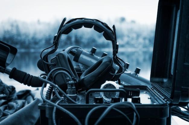 Los audífonos están en la estación de radio el concepto de inestabilidad política transmite la radio tamahawks orientación