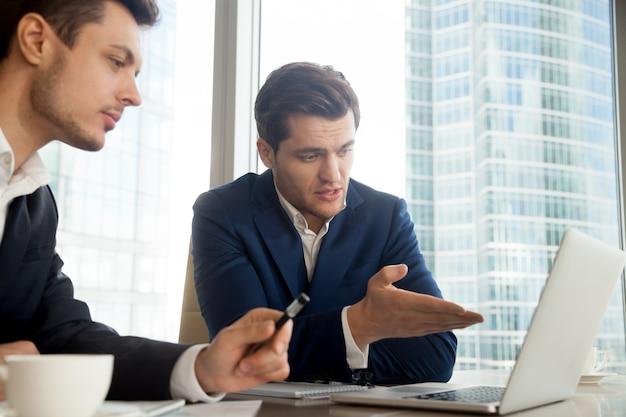 Auditor explicando los resultados de la auditoria al cliente.