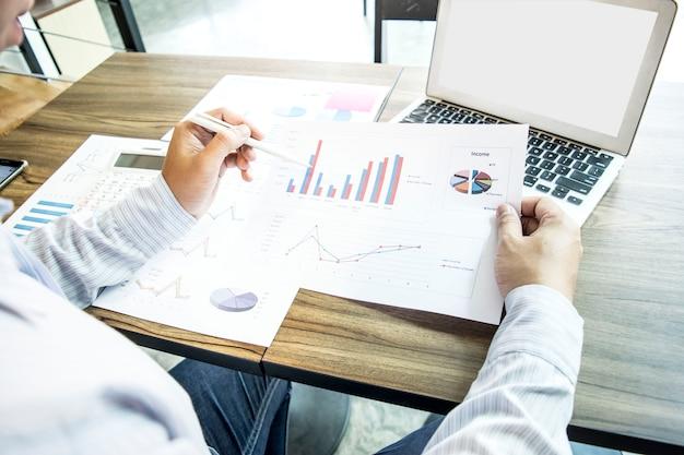 El auditor financiero actual de la compañía está con la secretaria. para preparar negocios expansi
