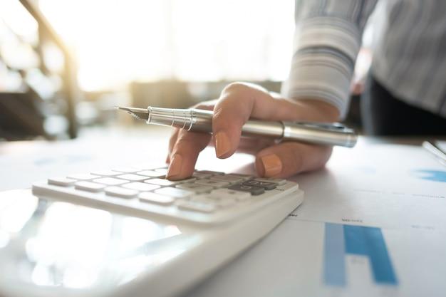 Auditorías comerciales utilizando un fondo de inversión de datos financieros de calculadora, concepto de riqueza