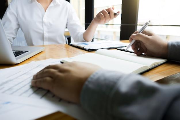 Auditorías de negocios que calculan el fondo de inversión de datos financieros en un lugar de trabajo, concepto de riqueza