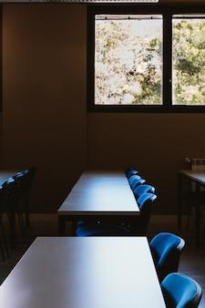 Aula vacía en educación universitaria.
