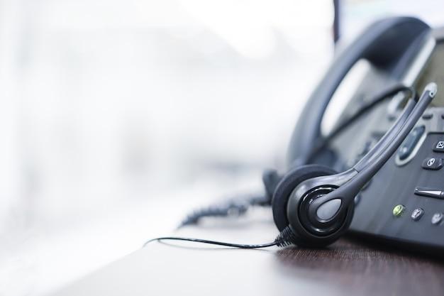 Auricular y teléfono en la oficina para soporte de servicio